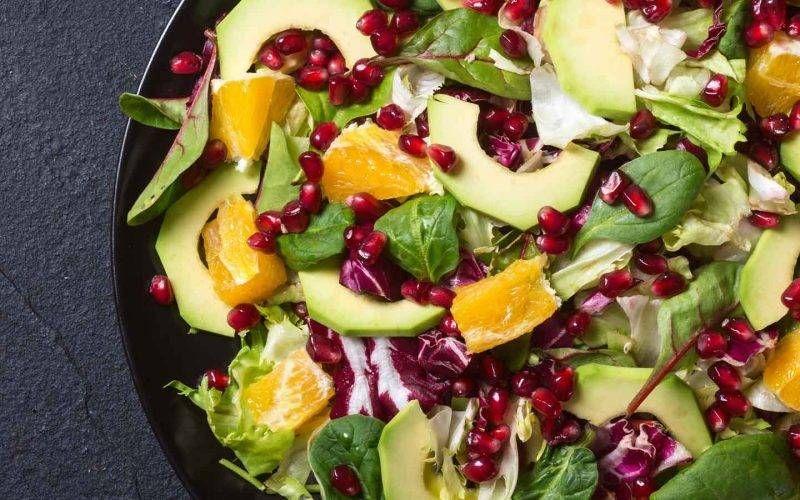 insalata di spinaci crudi, avocado e arancia